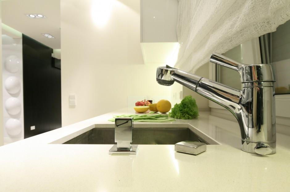 Zlewozmywak umieszczony pod Czarno biała kuchnia   -> Biala Kuchnia Elegancka