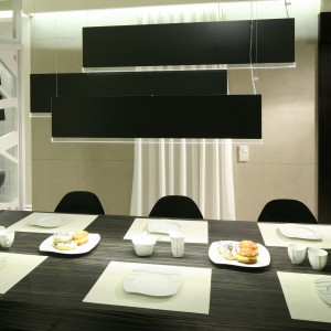 Lampy wiszące nad stołem zaprojektowała Dominik Respondek. Stół wykonano na zamówienie, krzesła zostały kupione w sklepie Iker (Cell Collection). Projekt: Dominik Respondek. Fot. Bartosz Jarosz.