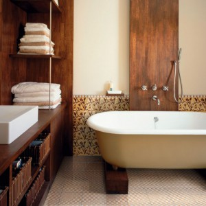 Drewno w łazience: elegancja i naturalny styl