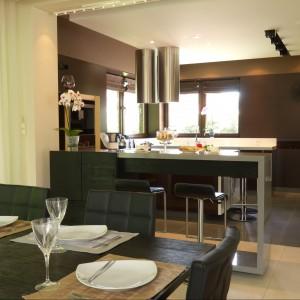Niewysoki bar znajduje się między kuchnią a jadalnią. Siedząc przy nim możemy swobodnie rozmawiać z osobami przygotowującymi posiłek. Projekt: Tomasz Tubisz. Fot. Przemysław Andruk.