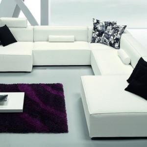Elegancki wygląd salonu podkreśla fioletowy dywan. Fot. ZG Group.