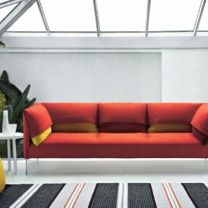Kolorowa, o ciekawym kształcie sofa marki Zanotta. Fot. Zanotta.