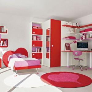 Czerwień z różem to zestaw idealny dla dziewczynki. Fot. Colombini Casa.