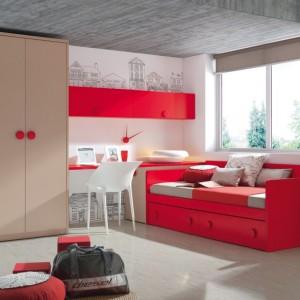 Jaskrawa czerwień znakomicie wygląda w dziewczęcym pokoju. Fot. Muebles Lara.