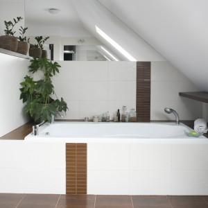 W tej łazience pod skosami poza wanną umieszczono także półki. To bardzo praktyczne i funkcjonalne rozwiązanie, które zapewnia dodatkowe miejsce na przechowywanie. Projekt: Joanna Wojtkielewicz. Fot. Bartosz Jarosz.