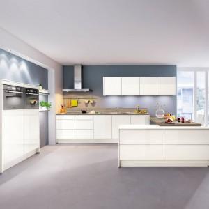 Meble kuchenne z programu IP 7500. Białe fronty ładnie prezentują się na tle niebieskich ścian. Wycena indywidualna, Impuls.