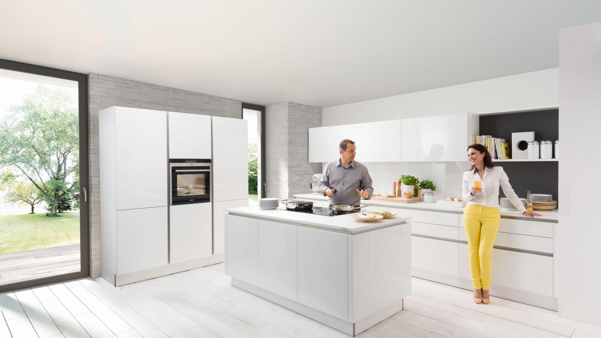 Nowoczesne, proste w formie meble kuchenne z kolekcji Nova Lack. Otwierane bezuchwytowo fronty wykończone są lakierem w wysokim połysku. Całość dopełniają białe blaty. Dostępne są również w innych kolorach i wykończeniach frontów. Wycena indywidualna, Nolte Küchen.
