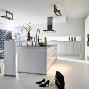 Nowoczesne meble kuchenne z programu Avior. Fronty, otwierane bezuchwytowo, wykończone są lakierem w wysokim połysku. Wycena indywidualna, Wellmann.