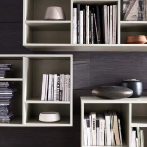 Eleganckie bibeloty wprowadzają między lektury wrażenie przestrzeni. Fot. Complementi Mobilgam.it.