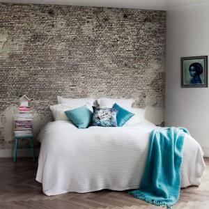 Mocny odcień niebieskiego idealnie sprawdza się w chłodnych, loftowych aranżacjach. Fot. MrPerswall.