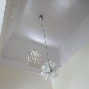 Lampa wisząca zamontowana została na wysokości paru metrów. Fot. Bartosz Jarosz