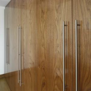 Duże powierzchnie drzwi garderoby wydobywają niepowtarzalny urok struktury drewna. Fot. Bartosz Jarosz