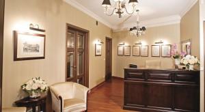Klasyczna kancelaria w starej kamienicy, stonowane wnętrze, które podkreśla wysoki status społeczny prawnika, a zarazem nie onieśmiela klienta, lecz przeciwnie - stwarza przyjazną, niemalże domową atmosferę. Taki był cel, jaki właści