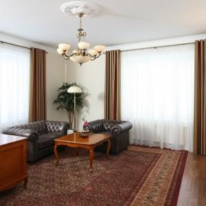 Klasyczne biurko idealnie komponuje się z eleganckimi meblami z drewna. Projekt: Małgorzata Goś. Fot. Archiwum Dobrze Mieszkaj.