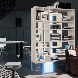 Stefy gościnną i pracy można rozdzielić za pomocą regału z książkami. Fot. Marchetti.