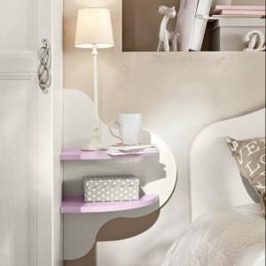 Funkcję szafki nocnej pełni oryginalna półka przytwierdzona do ściany. Kolekcja Arkadia marki Colombini Casa.
