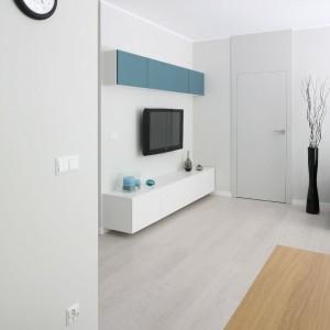 Jasne panele podłogowe to idealny towarzysz białych ścian i dobry sposób na optyczne powiększenie przestrzeni. Fot. Bartosz Jarosz.