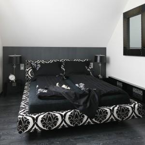 Utrzymana w czerni i bieli sypialnia znajduje się na poddaszu. Rolę kolorowych dodatków pełnią tu ciekawe ornamenty oraz starannie dobrane materiały wykończeniowe. Projekt Paweł Kubacki. Fot. Bartosz Jarosz.