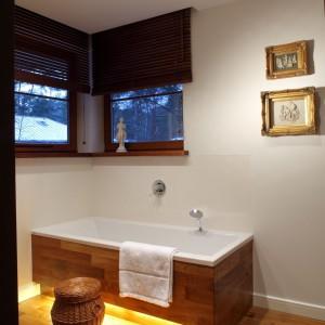 Drewniana podłoga i obudowa wanny, a także kolor ścian w całym pomieszczeniu tworzą spójną stylistycznie całość. Projekt Katarzyna Moraczewska. Fot. Tomasz Markowski.