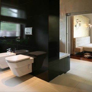 Przestrzeń łazienki podzielono na dwie część.  Wanna została umieszczona przy ściance, będącej z drugiej strony zabudową stelaży podtynkowych. Projekt Dominik Respondek. Fot. Bartosz Jarosz.