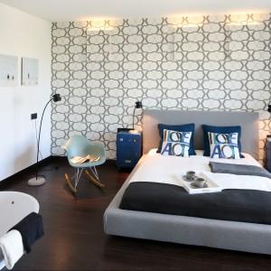 Szary, gładki zagłówek to idealne rozwiązanie do sypialni utrzymanych w nowoczesnym stylu. Proj.Justyna Smolec.Fot.Bartosz Jarosz.