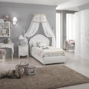 Miejsce dla łóżka sygnalizuje przymocowany do ściany baldachim. Fot. Spar.it.