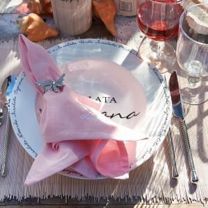 Zestaw Happy Summer składa się z dwóch białych bawełnianych podkładek, dwóch różowych serwet i aluminiowych obrączek na serwetki i kosztuje. 181 zł, Riviera Maison/HOUSE&more.