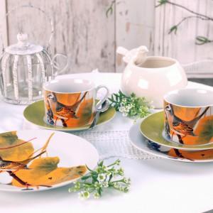 Zestaw herbaciany Botanique z ciekawym, kolorowym wzorem ptaków. Wykonany z porcelany. Zestaw składa się z filiżanki z podstawką i talerza deserowego. 23 zł, Pierrot Home Design/Sodo.pl.