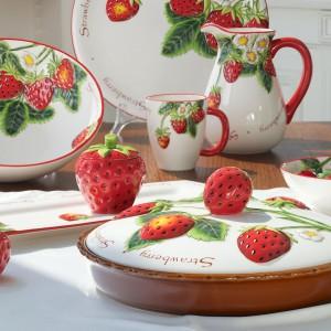 Truskawki to kolekcja ceramicznych dodatków stołowych i dekoracyjnych. Zdobiona wypukłym motywem truskawek w ładnych, realistycznych kolorach.Można myć w zmywarce i używać w kuchence mikrofalowej. 149 zł/naczynie z przykrywką o śr. 34 cm, 33 zł/kubek, 84 zł/dzbanek, 26 zł/cukiernica z przykrywką, 36 zł/salaterka okrągła o śr. 18 cm, Villa Italia.