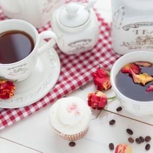 Elegancki serwis kawowy Cottage House w kremowym kolorze. Wykonany z porcelany. W zestawie znajduje się: dzbanek z pokrywką, 6 filiżanek ze spodkami, mlecznik, cukiernica z łyżeczką i stojak. 219 zł, Westwing.pl.