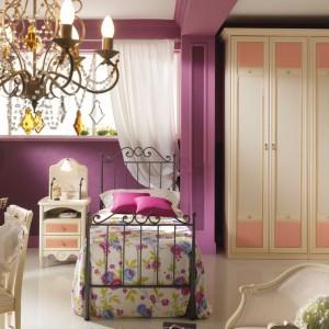W pokoju małej księżniczki łóżko ustawiono na samym środku pomieszczenia. Fot. Spar.it.