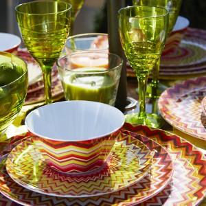 Kolorowa, wesoła kolekcja Zig Zag, która na każdym stole zaprezentuje się pięknie. Od około 2 funtów do ok. 8 funtów, Dunnes Stores.