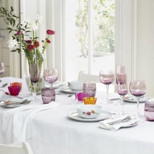 Biały serwis obiadowy z delikatnym, kwiatowym motywem stanowi znakomity zestaw z kolorowym szkłem. 199,99 zł/serwis obiadowy 199,99 zł, od 69,99 zł/szklanki, od 6,99 zł/podstawki na świeczkę, F&F Home.