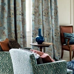 Tkaniny w odcieniach zieleni wnoszą do wnętrza niepowtarzalną świeżość. Fot. Colefax and Fovler.