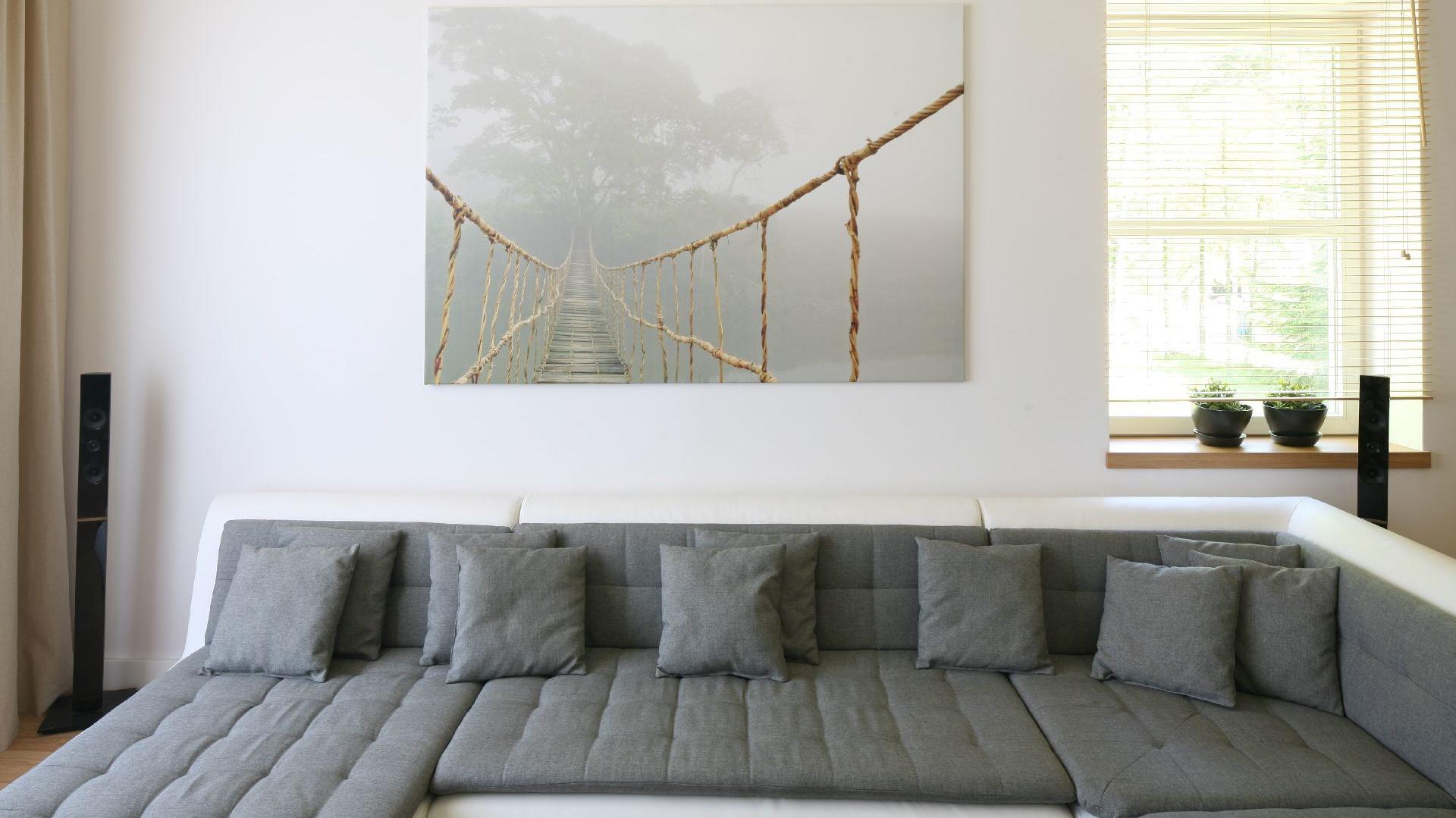 Salon został umiejscowiony w dobrze oświetlonej części  domu. Fot. Bartosz Jarosz.