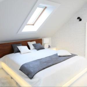 W sypialni powtórzony został motyw okładziny ściennej w postaci postarzanej cegły oraz podbitki dachowej za szczytkiem łóżka. Fot. Bartosz Jarosz.