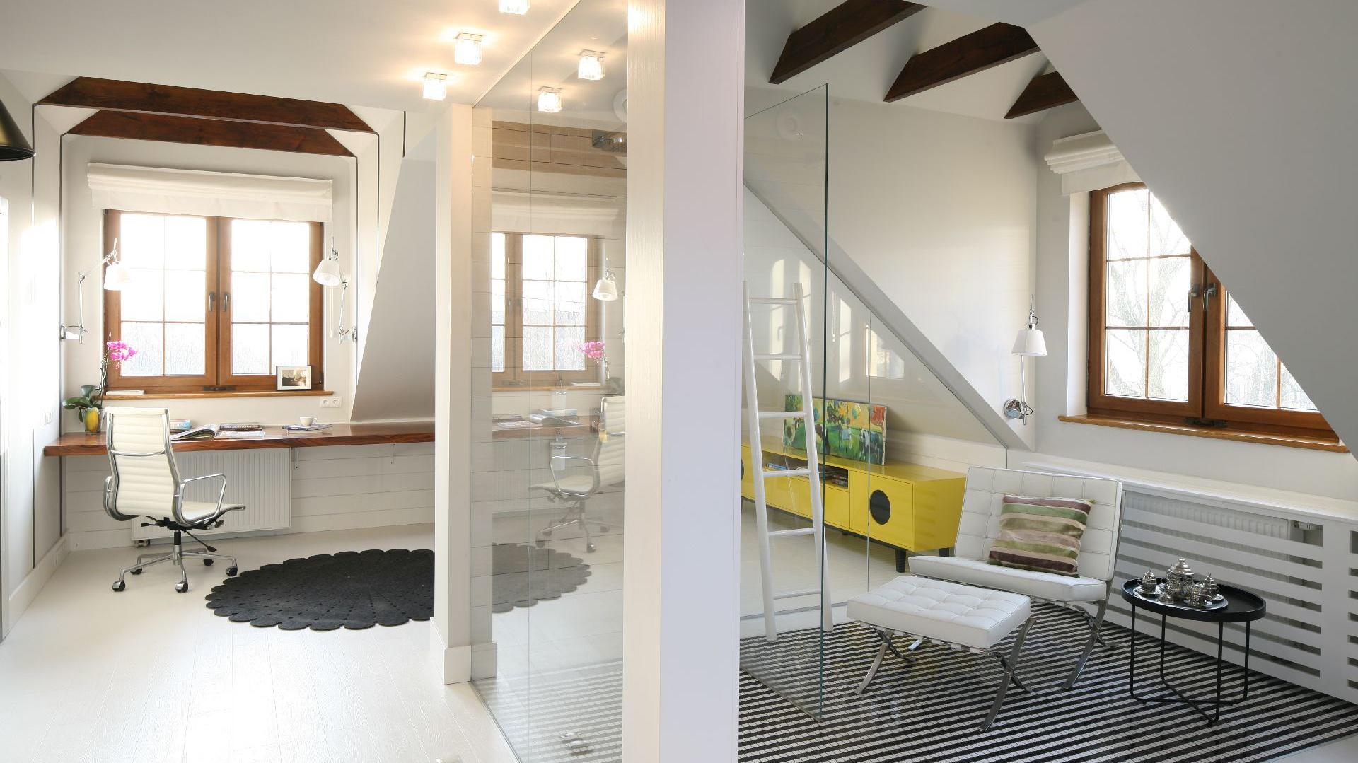 Kabinę prysznicową z imponującym przeszkleniem wykonano na zamówienie. Posadzkę wyłożono czarno-białą mozaiką w pasiasty wzór. Fot. Bartosz Jarosz.