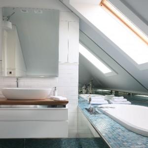 W łazience również powtórzono układ cegieł w sposobie montażu białych płytek ceramicznych. Wymiary lustra i szafki podumywalkowej dostosowano do ściany, na której zostały zamontowane. Fot. Bartosz Jarosz.