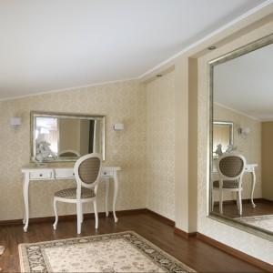 Toaletka oraz ogromne lustro zajmują w sypialni osobne miejsce. Projekt Małgorzata Goś. Fot. Bartosz Jarosz