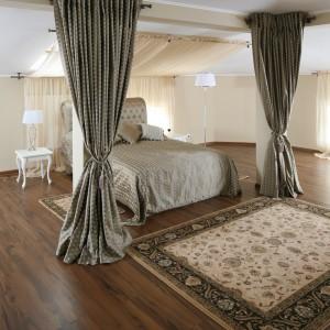 Dużą przestrzeń sypialni można łatwo zminimalizować za sprawą montowanych przy suficie kotar.  Projekt Małgorzata Goś. Fot. Bartosz Jarosz