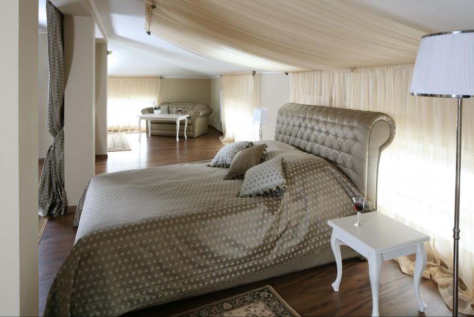 Całe piętro luksusowej rezydencji zostało przeznaczone na strefę nocną. Projekt Małgorzata Goś. Fot. Bartosz Jarosz