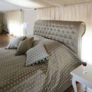 Tapicerowane łoże w pięknie połyskujących beżach stanowi ośrodek aranżacji. Projekt Małgorzata Goś. Fot. Bartosz Jarosz