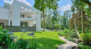 Zadbany trawnik to wizytówka ogrodu. Utrzymanie murawy w dobrym stanie wymaga jednak systematyczności i dużego nakładu pracy.