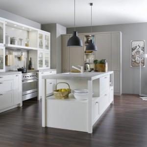 Kuchnia z kolekcji Carré-FS to klasyka w nowoczesnym wydaniu. Białe, matowe fronty w połączeniu z kolorem szarym nadają przestrzeni spokojny, elegancki charakter. Dostępne również w innej kolorystyce. Wycena indywidualna, Leicht.