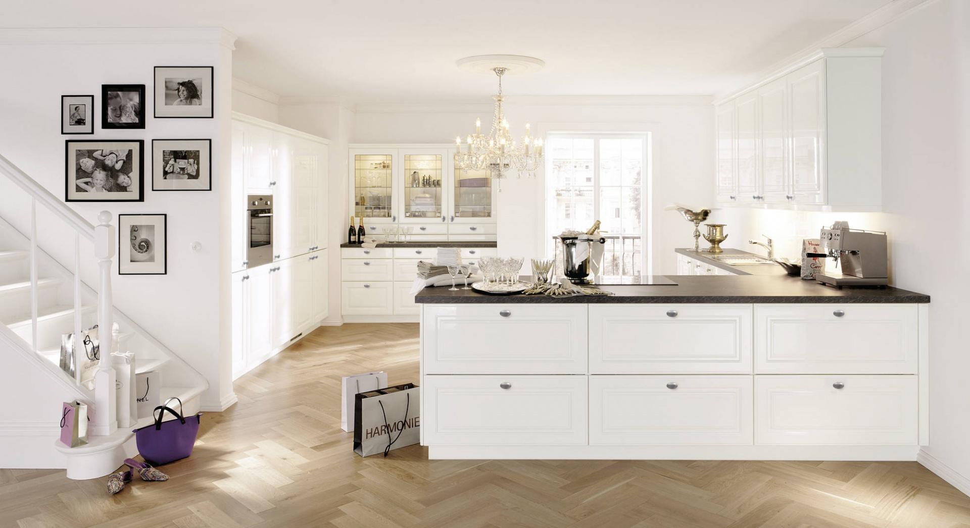 Kuchnia z programu Alnopol. Fronty wykończone są lakierem w wysokim połysku. W połączeniu z czarnym blatem, delikatnymi, srebrnymi uchwytami prezentują się bardzo elegancko. Wycena indywidualna, Alno.