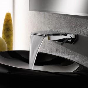 Bateria umywalkowa Newform Flux  zachwyca przypominającą wodospad kaskadą. Fot. Newform.