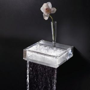 Niesamowita szklana wylewka baterii Chrous włoskiej marki Toscoquartto przypomina raczej rzeźbę, a woda wydaje się płynąc prosto ze ściany. Fot. Toscoquarto.