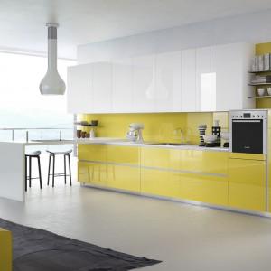 Meble kuchenne Cristallo z kolekcji Sartoria. Białe szafki wiszące stanowią przeciwwagę dla dolnej zabudowy w intensywnym, żółtym kolorze. Kuchnia w takim zestawie prezentuje się bardzo jasno i wesoło. Wycena indywidualna, Scic.