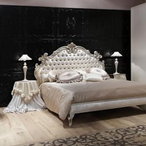 łoże z tradycyjnie pikowanym zagłówkiem w pięknej, połyskującej tkaninie z kolekcji mebli sypialnianych Giusti Portos. Fot. Giusti Portos