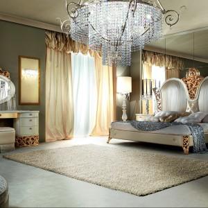 Łoże L'Incanto wykończone pięknie połyskującą masą perłową oraz zdobione złotymi ornamentami. Fot. Lanpas